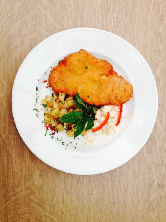 Schnitzel Χοιρινό με πατάτα καρέ, μπέικον & σαλάτα coleslaw