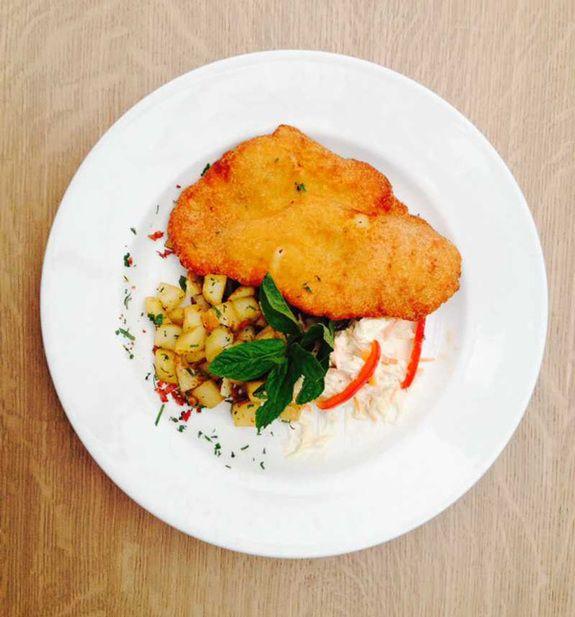 Schnitzel-Χοιρινό-με-πατάτα-καρέ,-μπέικον-&-σαλάτα-coleslaw