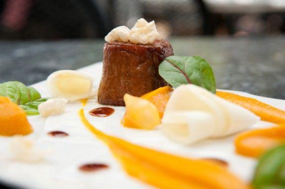07.-Dalliance-_-Χοιρινό-φιλέτο-με-πουρέ-γλυκοπατάτας,-σεληνόριζα,-σάλτσα-μπαχαρικών