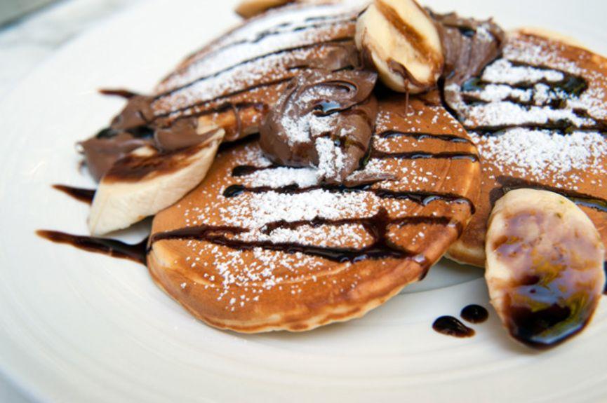 07.-Dalliance-_-Pancakes-με-σιρόπι-σοκολάτας,-πραλίνα-φουντουκιού,-σοκολάτα-+-μπανάνα