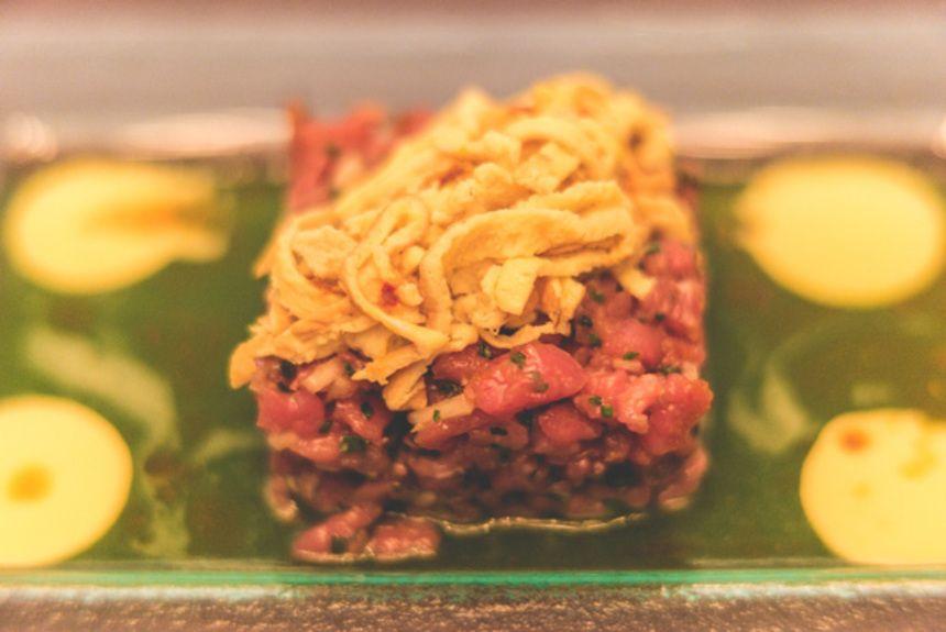 Tartare-από-μοσχαρίσιο-κόντρα-με-κρέμα-wasabi-αγγούρι,-σχοινόπρασο,-soya-και-σουσάμι