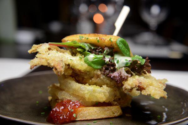 Sandwich-καβουριού-με-onion-rings-και-μαρμελάδα-τομάτας-τσίλι