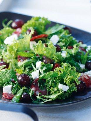 salata-me-stafylia-kai-salami-Levkados