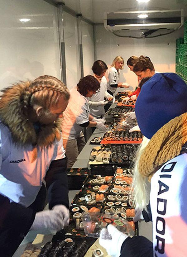 Largest-sushi-mosaic-distributing-to-guests_tcm25-445833