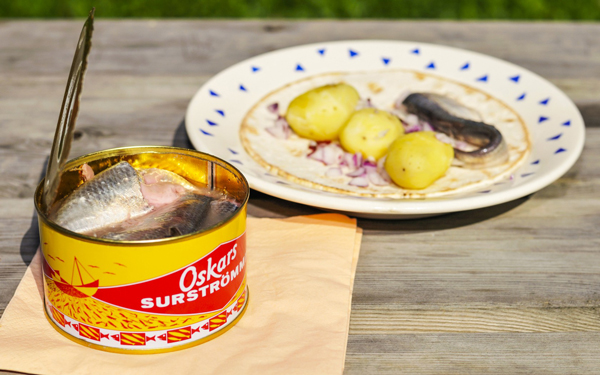 Surströmming_served