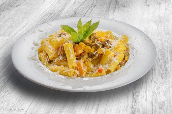 Λαζάνια-με-σάλτσα-από-κιμά-λουκάνικου,-κόκκινη-και-κίτρινη-πιπεριά,-φρέσκια-ντομάτα,-κουρκουμά-και-ξερή-μυζήθρα-Μυτιλήνης1