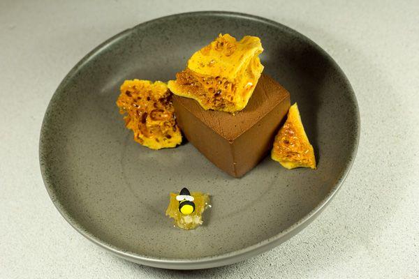 Μους-σοκολάτα-με-μέλι,-αλμυρή-καραμέλα-και-honeycomb