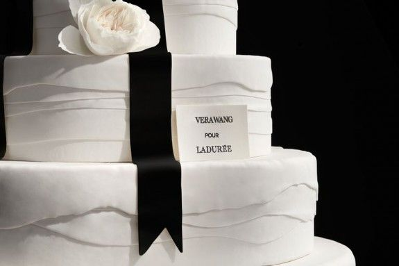 vw-cake-detail-real-flower-black-ribbon-1515688825
