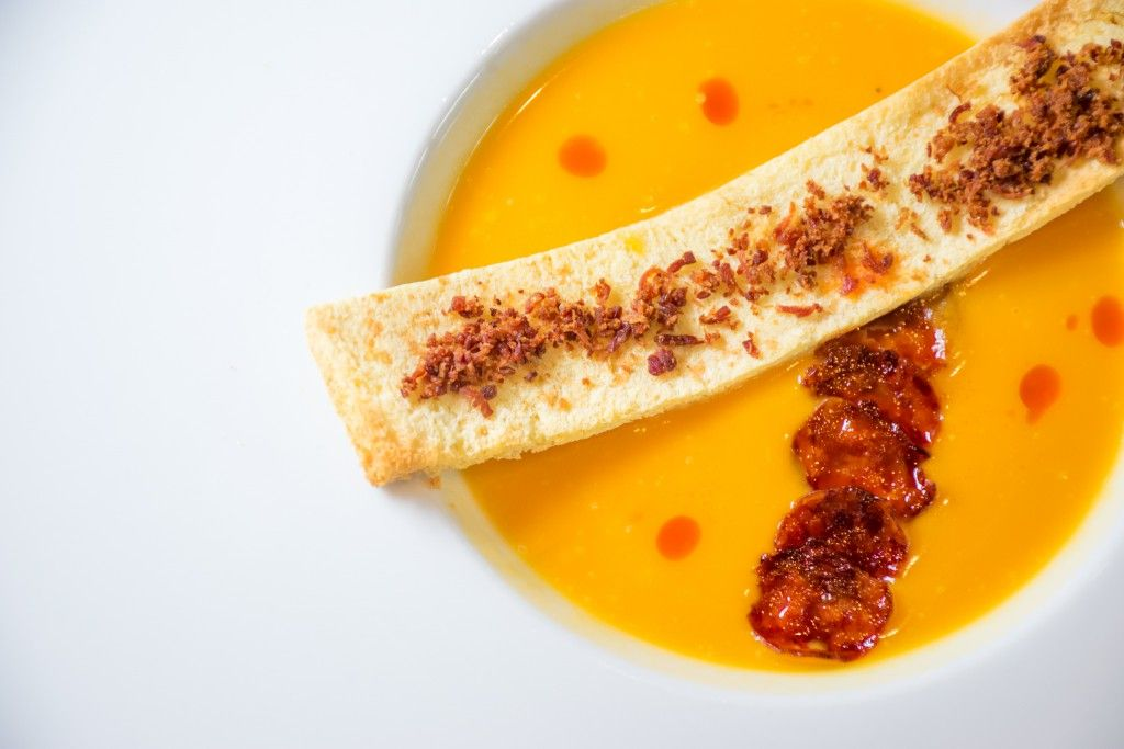 Κρέμα κίτρινης κολοκύθας με chips chorizo και τραγανό brios