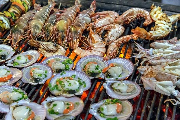 43660895 - grill mollusk, mussel cooking seafood street food and beach bbq